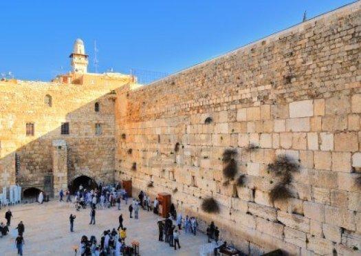 12385605-gerusalemme--20-febbraio-gli-ebrei-pregano-al-muro-del-pianto-20-febbraio-2012-a-gerusalemme-il-il-m